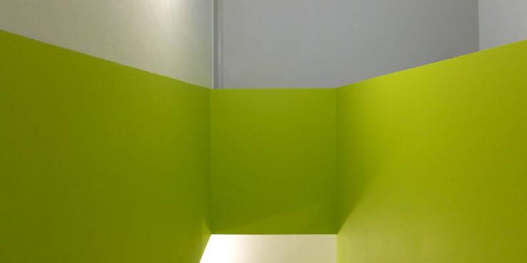 casa montefilipe: Corredores e halls de entrada  por Atelier Base