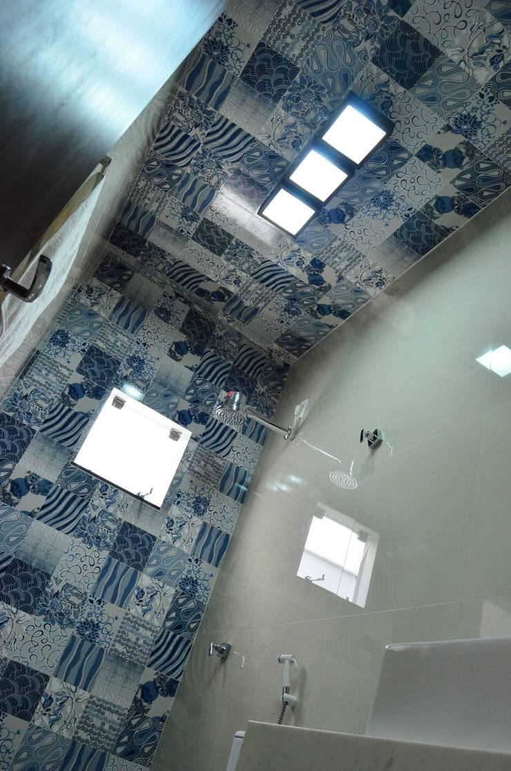 CASA LR : Banheiros modernos por TRES MAIS arquitetura