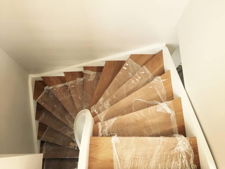 Prestige Ahşap Merdiven Dekorasyon San.Tic.LTD.ŞTİ – Meşe Masif Merdiven ( Taşıyıcalar lake): modern tarz , Modern Masif Ahşap Rengarenk