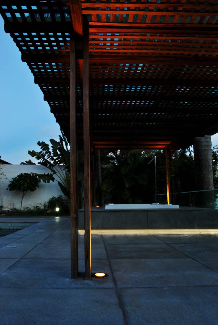 BORA | Casa BS: Piscinas  por BORA Arquitetos Associados