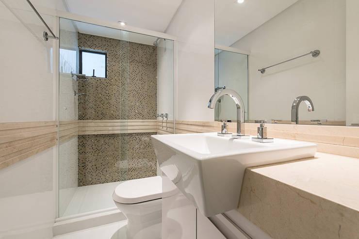 Apartamento em Curitiba - PR.: Banheiros  por Saad.Ribeiro Arquitetura e Interiores,