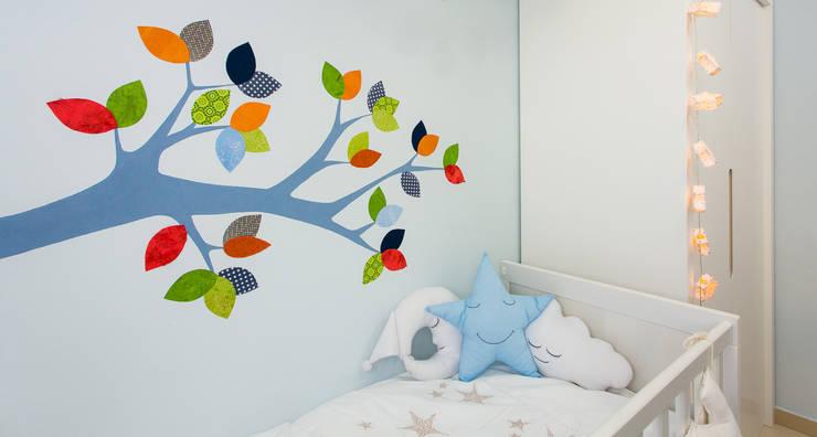 Rama pintada en la pared: Habitaciones infantiles de estilo  de RoomRoomBebé