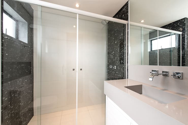 Apartamento em Curitiba – PR.: Banheiros  por Saad.Ribeiro Arquitetura e Interiores,