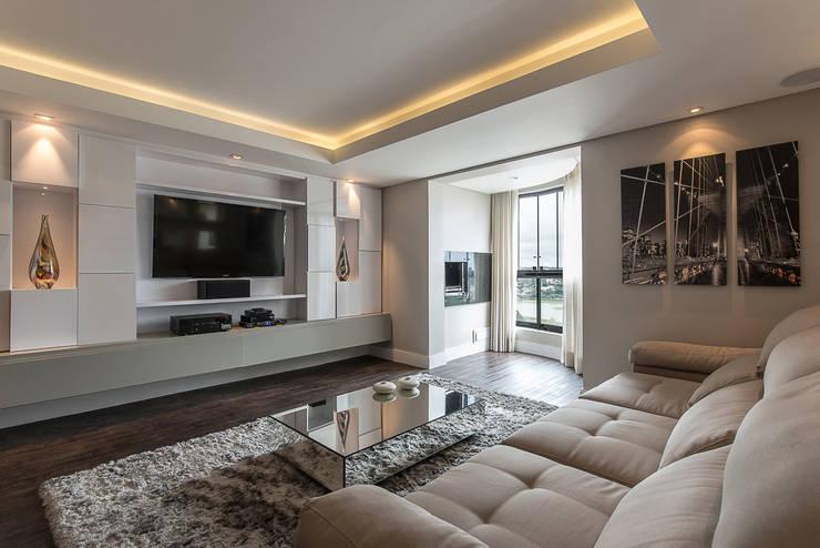 Apartamento em Curitiba – PR.: Salas de estar  por Saad.Ribeiro Arquitetura e Interiores