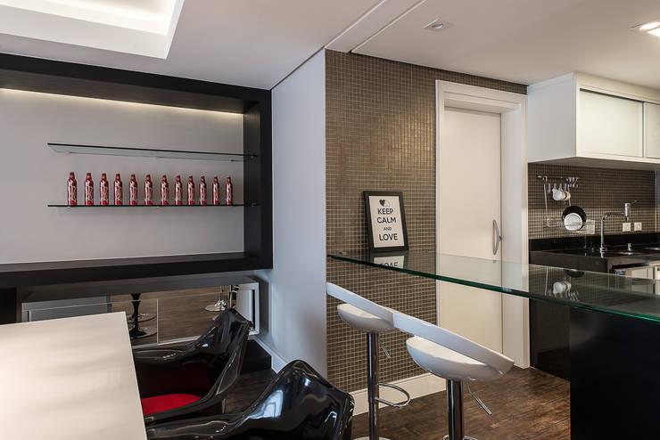 Apartamento em Curitiba – PR.: Salas de jantar  por Saad.Ribeiro Arquitetura e Interiores