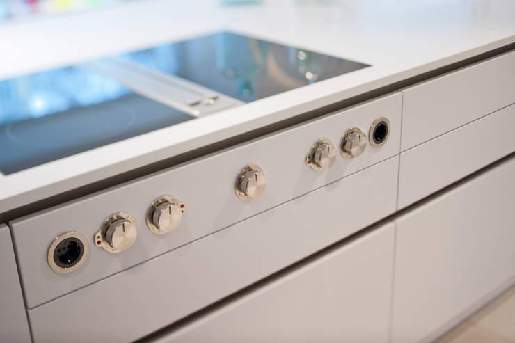 Küche in unserem Showroom: moderne Küche von H&H Wintner Design & Wohnen