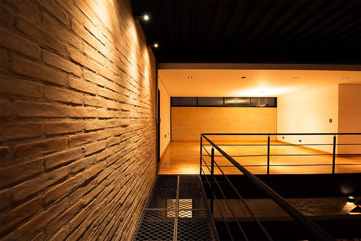 Casa_63: Salas de estar  por Sonne Müller Arquitetos,