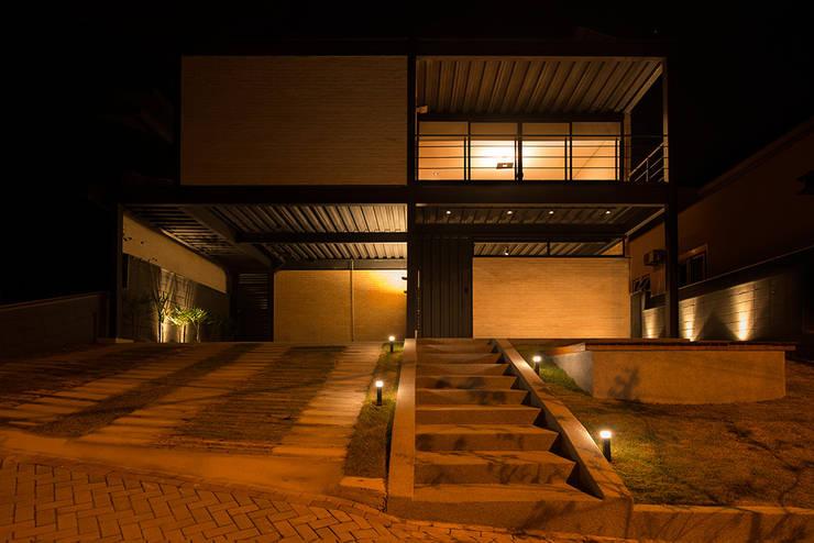 Casas de estilo industrial por Sonne Müller Arquitetos