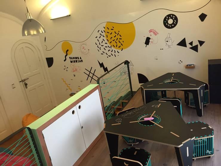 Vista general mesas de dibujo y paredes sketch: Espacios comerciales de estilo  por AMÉTRICO ESTUDIO
