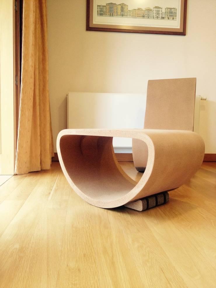 Mesa em cortiça : Sala de estar  por MinimalCork