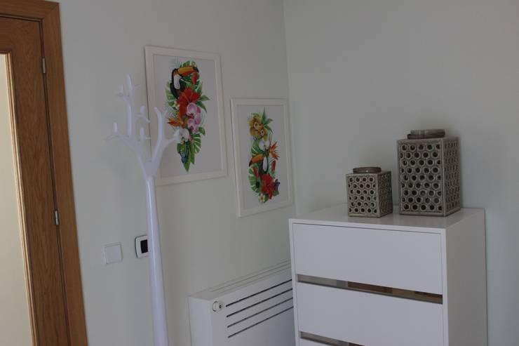 """Quarto de Hóspedes """"Cabana Tropical Verde e Fúcsia""""  By Andreia Louraço Design e Interiores: Quarto  por Andreia Louraço - Designer de Interiores (Contacto: atelier.andreialouraco@gmail.com)"""