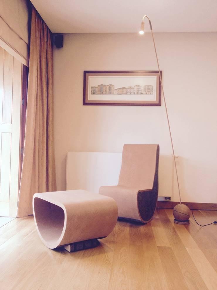 Sofá de balanço em cortiça: Sala de estar  por MinimalCork