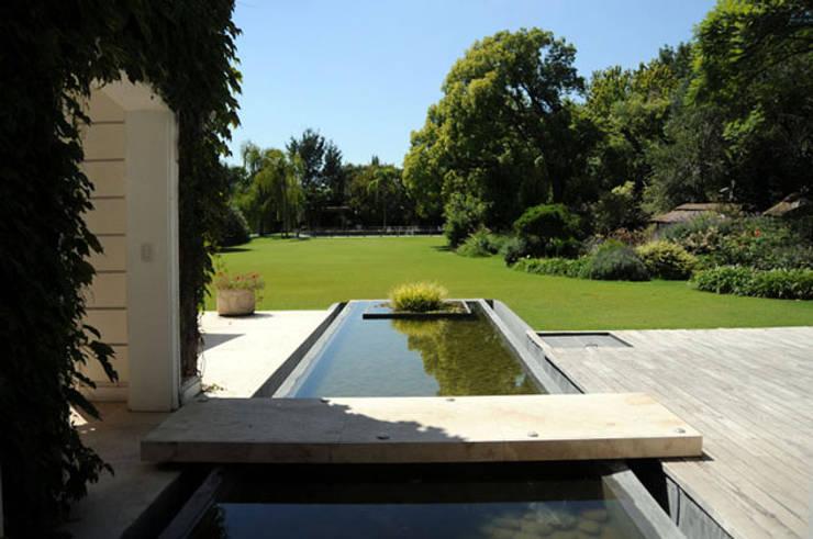 PROYECTO + B342 : Jardines de estilo  por Estudio Susana Villaverde