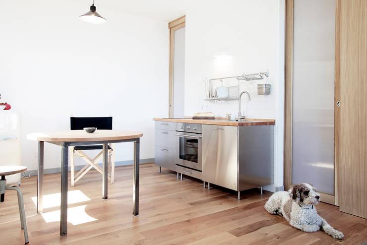 Casa S: Cucina in stile  di TIPI STUDIO