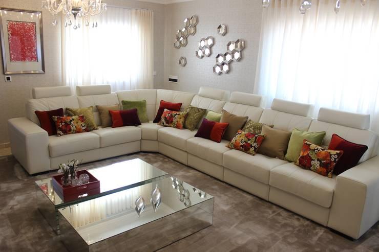 """Sala de Estar """"Serene Elegance"""" by Andreia Louraço Design e Interiores: Sala de estar  por Andreia Louraço - Designer de Interiores (Contacto: atelier.andreialouraco@gmail.com)"""