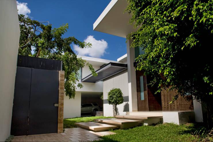 Houses by AIDA TRACONIS ARQUITECTOS EN MERIDA YUCATAN MEXICO