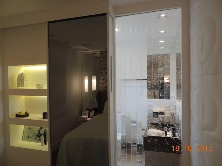 Suíte Casal: Quartos  por Melanie Kiss Design de interiores