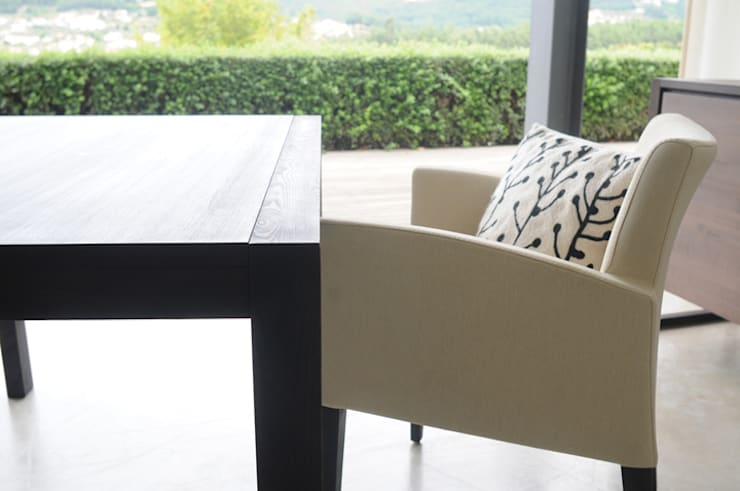 Pormenor Mesa Extensível Frame e Cadeira Laurent: Sala de jantar  por Boa Safra