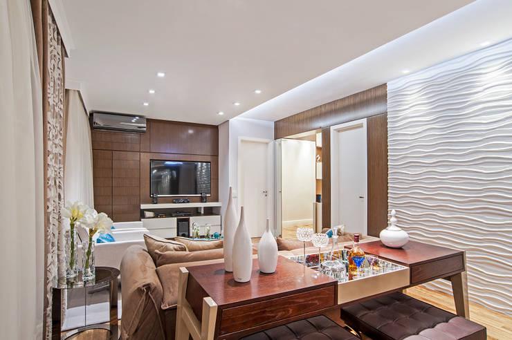 Living room by Adriane Perotoni Arquitetura.Interiores,