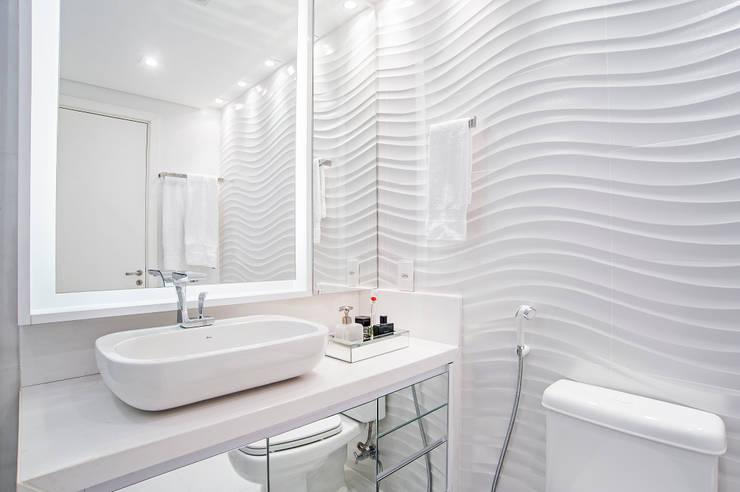 Bathroom by Adriane Perotoni Arquitetura.Interiores,