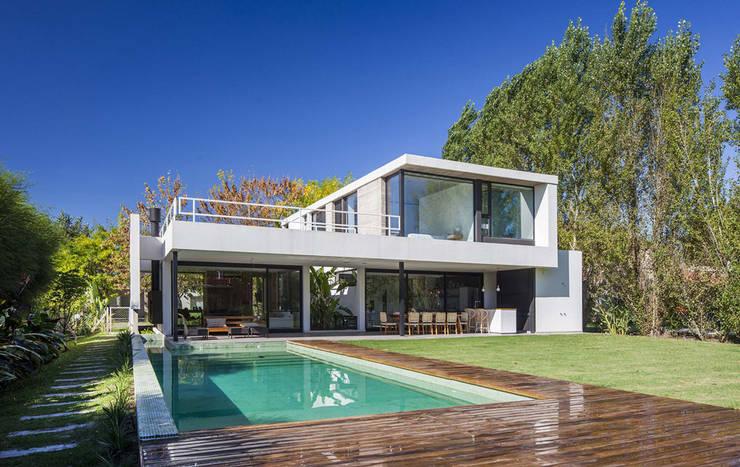Casa Tana: Casas de estilo moderno por Estudio PKa. / Pessagno Kandus arquitectos