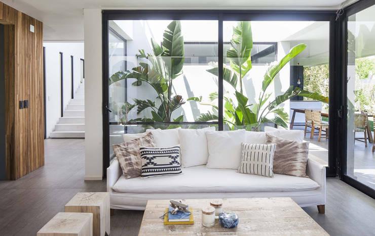 Casa Tana: Livings de estilo moderno por Estudio PKa. / Pessagno Kandus arquitectos