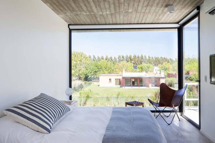 Casa Tana: Dormitorios de estilo moderno por Estudio PKa. / Pessagno Kandus arquitectos