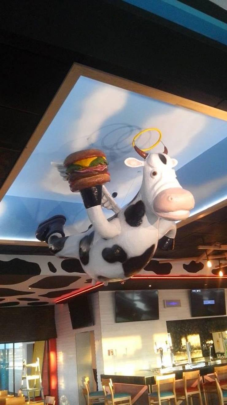 HOLY COW COLOSIO: Bares y discotecas de estilo  por carpinteria hdh