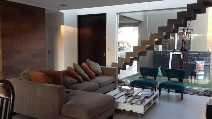 Salas de estilo moderno por Arquitectos Building M&CC - (Marcelo Rueda, Claudio Castiglia y Claudia Rueda)