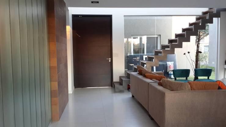 Casa en Los Lagos – Nordelta: Livings de estilo  por Arquitectos Building M&CC - (Marcelo Rueda, Claudio Castiglia y Claudia Rueda)