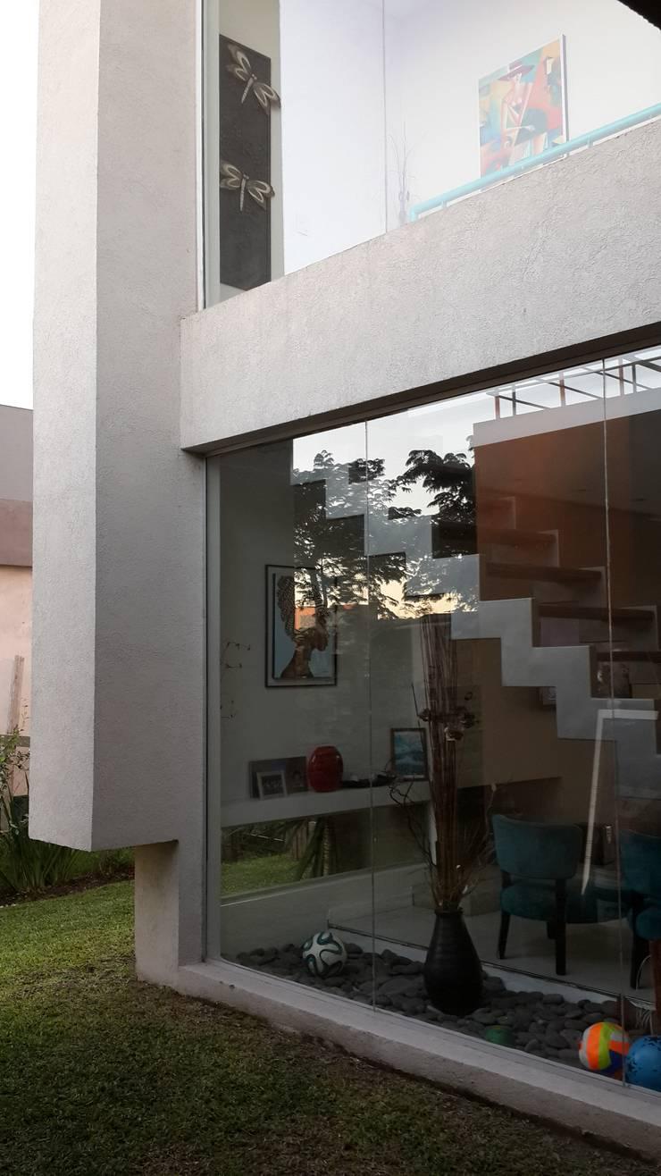 Casa en Los Lagos – Nordelta: Casas de estilo  por Arquitectos Building M&CC - (Marcelo Rueda, Claudio Castiglia y Claudia Rueda)