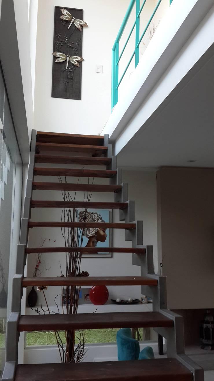 Casa en Los Lagos – Nordelta: Pasillos y recibidores de estilo  por Arquitectos Building M&CC - (Marcelo Rueda, Claudio Castiglia y Claudia Rueda)