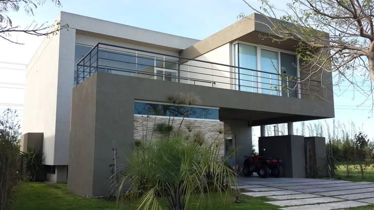 Casas de estilo moderno por Arquitectos Building M&CC - (Marcelo Rueda, Claudio Castiglia y Claudia Rueda)