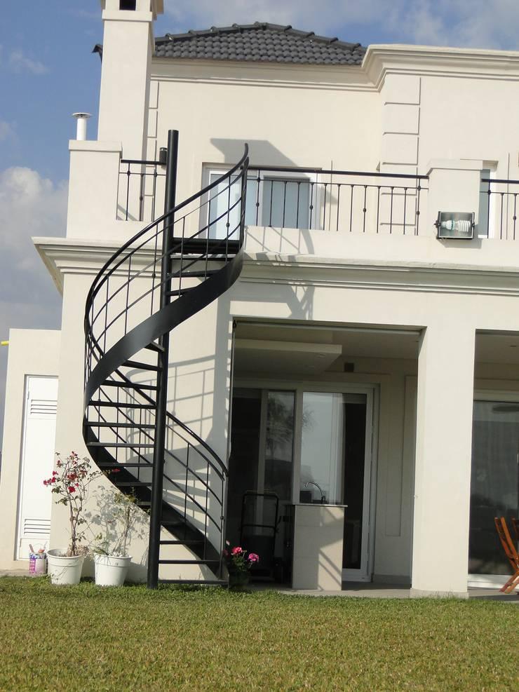 Casa en Los Alisos - Nordelta: Casas de estilo  por Arquitectos Building M&CC - (Marcelo Rueda, Claudio Castiglia y Claudia Rueda)