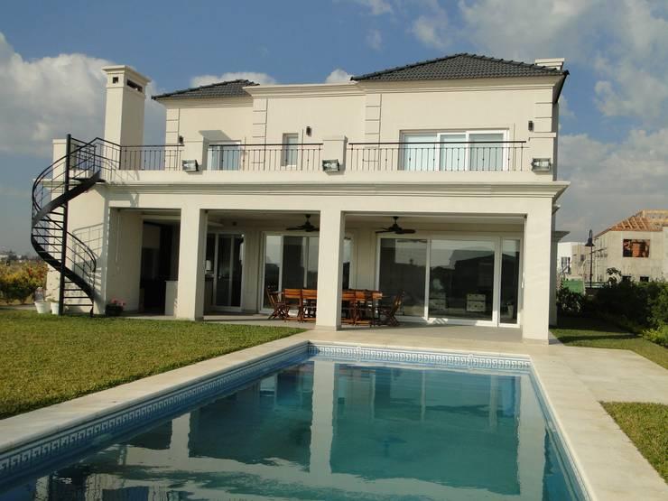 Casa en Los Alisos – Nordelta: Casas de estilo  por Arquitectos Building M&CC - (Marcelo Rueda, Claudio Castiglia y Claudia Rueda)