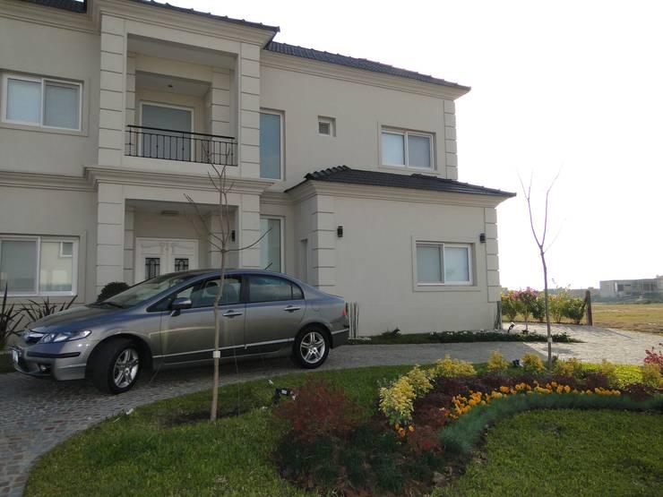 Casa en Los Alisos – Nordelta: Casas de estilo clásico por Arquitectos Building M&CC - (Marcelo Rueda, Claudio Castiglia y Claudia Rueda)