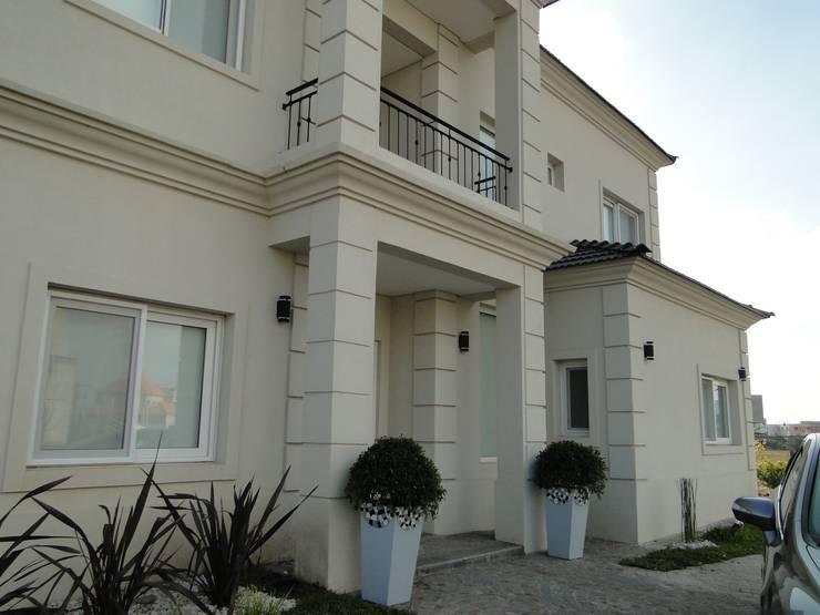 Casa en Los Alisos - Nordelta: Casas de estilo clásico por Arquitectos Building M&CC - (Marcelo Rueda, Claudio Castiglia y Claudia Rueda)