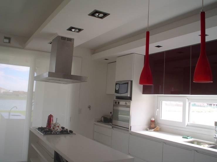 Casa en Los Alisos - Nordelta: Cocinas de estilo clásico por Arquitectos Building M&CC - (Marcelo Rueda, Claudio Castiglia y Claudia Rueda)