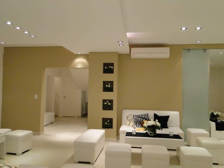 Casa en Los Alisos - Nordelta: Livings de estilo  por Arquitectos Building M&CC - (Marcelo Rueda, Claudio Castiglia y Claudia Rueda)
