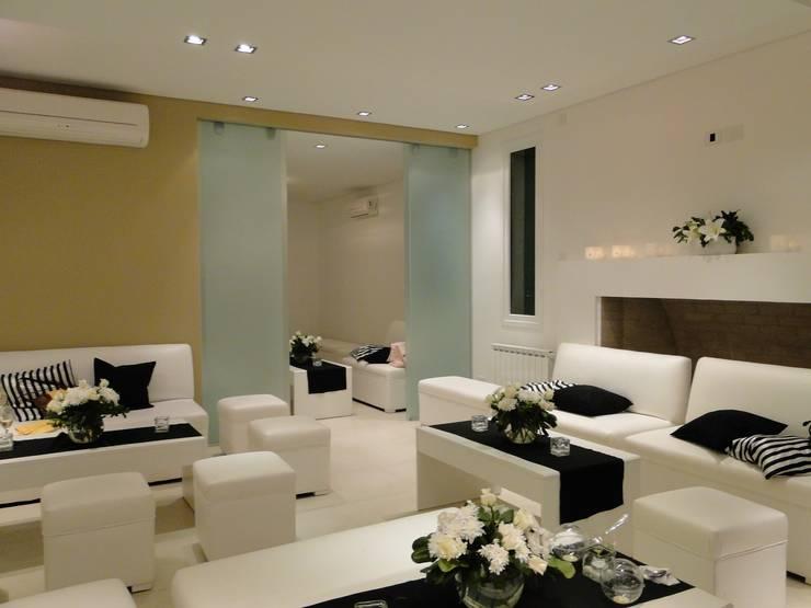 Casa en Los Alisos - Nordelta: Livings de estilo clásico por Arquitectos Building M&CC - (Marcelo Rueda, Claudio Castiglia y Claudia Rueda)
