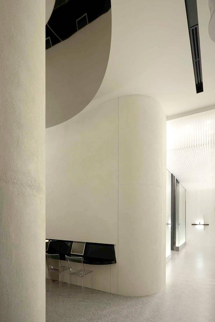 万松寺納骨堂「水晶殿」: 藤村デザインスタジオ / FUJIMURA DESIGIN STUDIOが手掛けた廊下 & 玄関です。