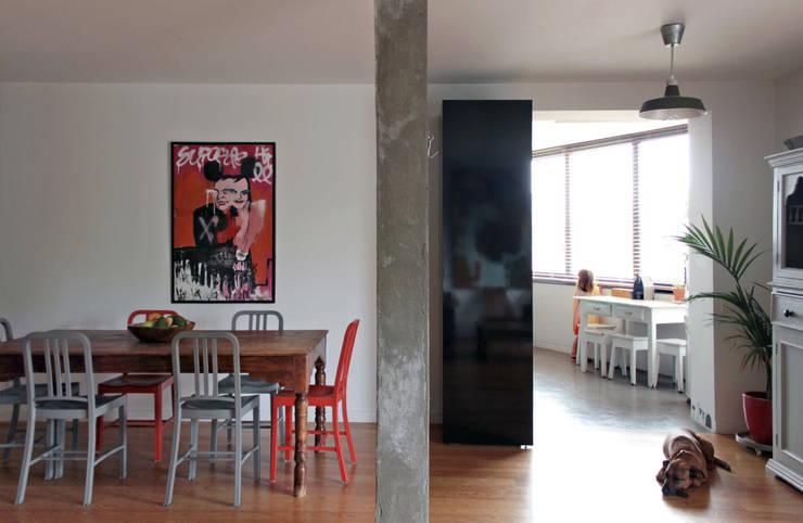 Apartamento BAC: Salas de jantar  por URBAstudios