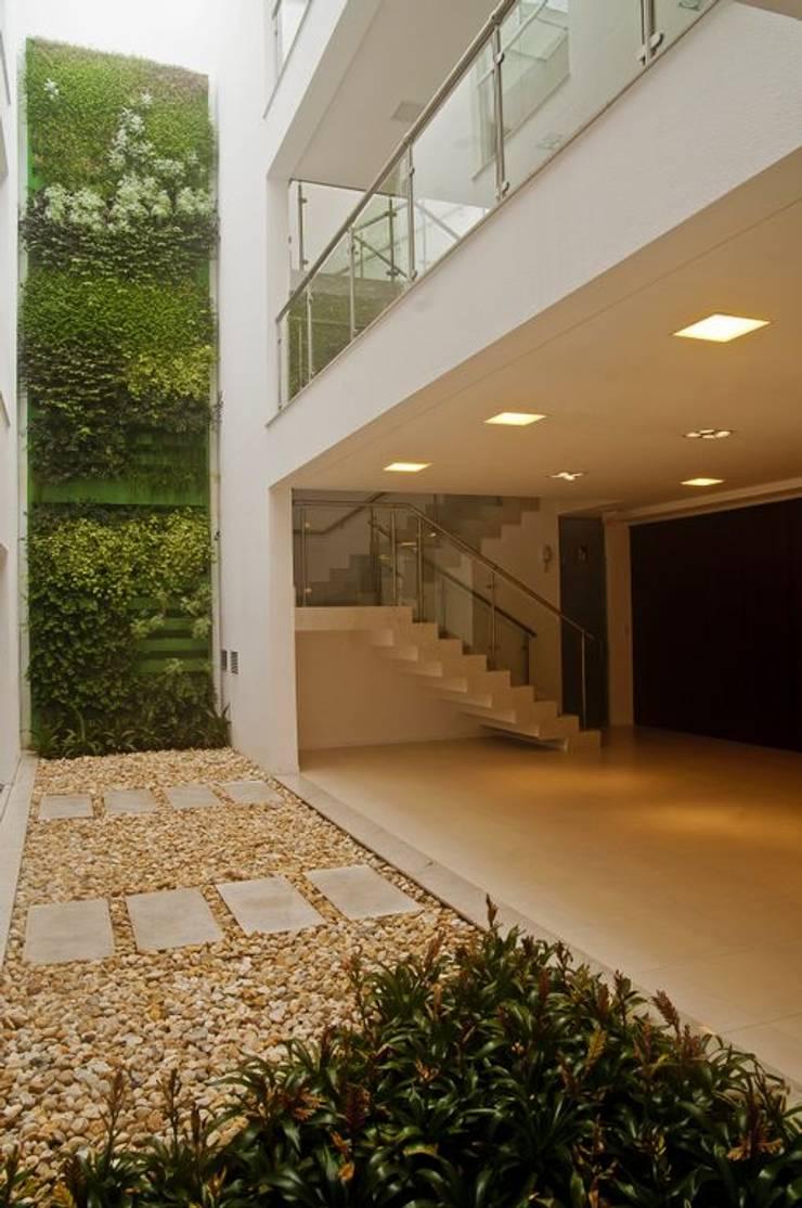 Jardim vertical: Edifícios comerciais  por CMSP Arquitetura + Design
