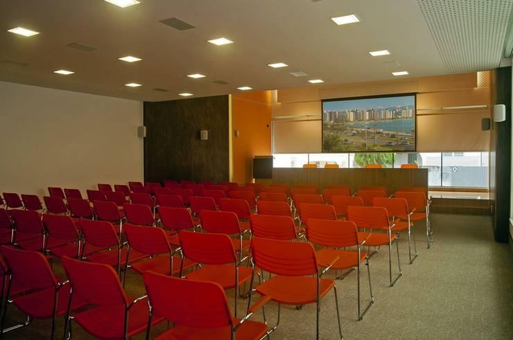 Auditório 2 - Sala de treinamento: Edifícios comerciais  por CMSP Arquitetura + Design