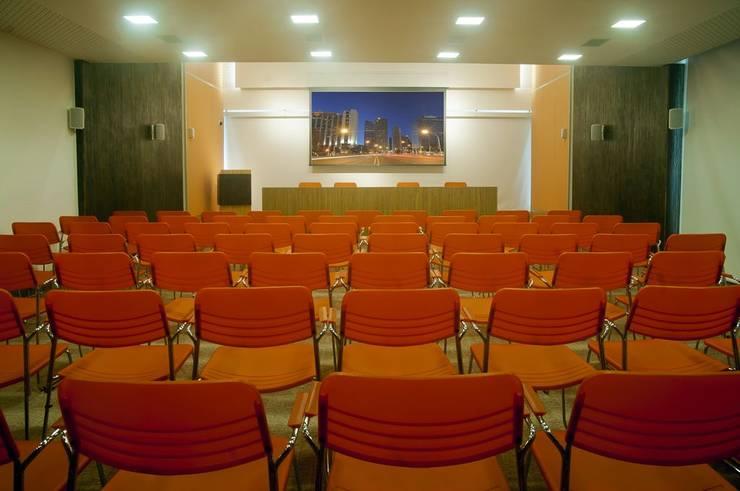 Auditório 01: Edifícios comerciais  por CMSP Arquitetura + Design