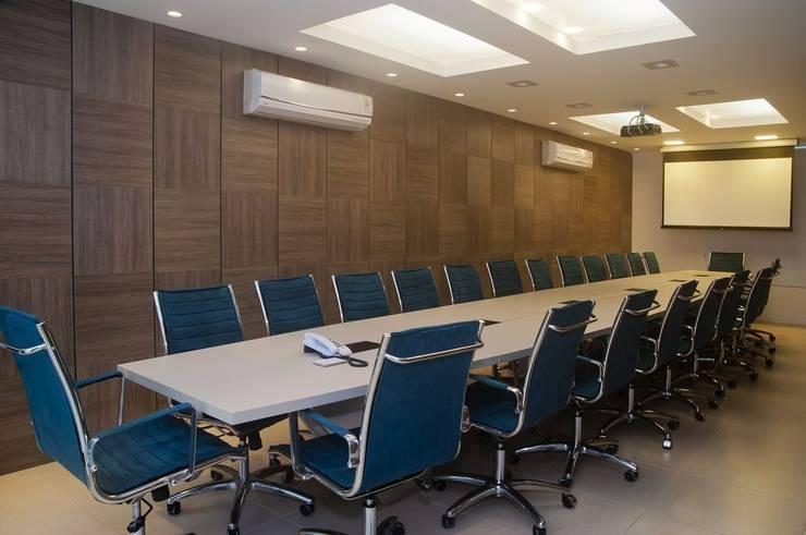 Sala de reuniões - Presidência: Edifícios comerciais  por CMSP Arquitetura + Design