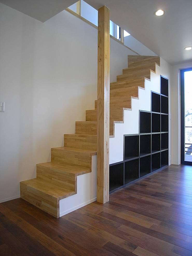 階段: Unico design一級建築士事務所が手掛けた廊下 & 玄関です。,