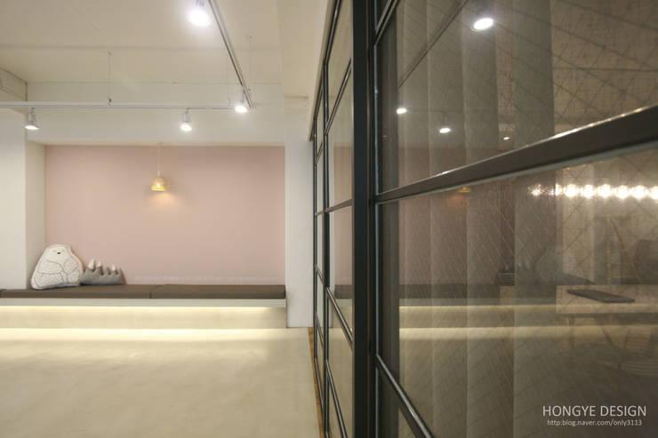인테리어 사무실 인테리어_홍예디자인: 홍예디자인의  창문