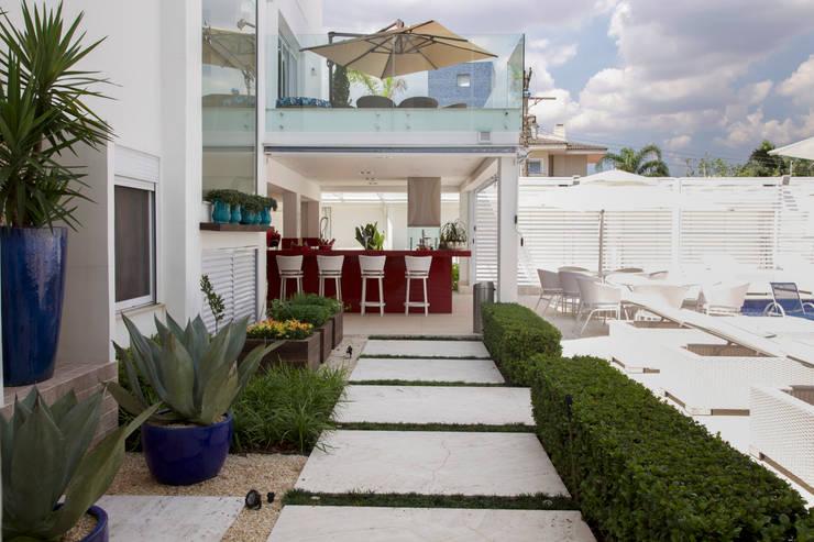obra residêncial scs: Terraços  por Sandra Sanches Arq e Design de Interiores