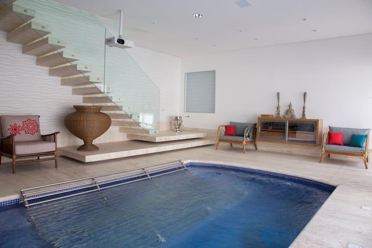 obra residêncial scs: Piscinas  por Sandra Sanches Arq e Design de Interiores